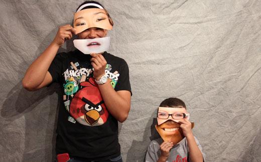 Kinder spielen mit Masken